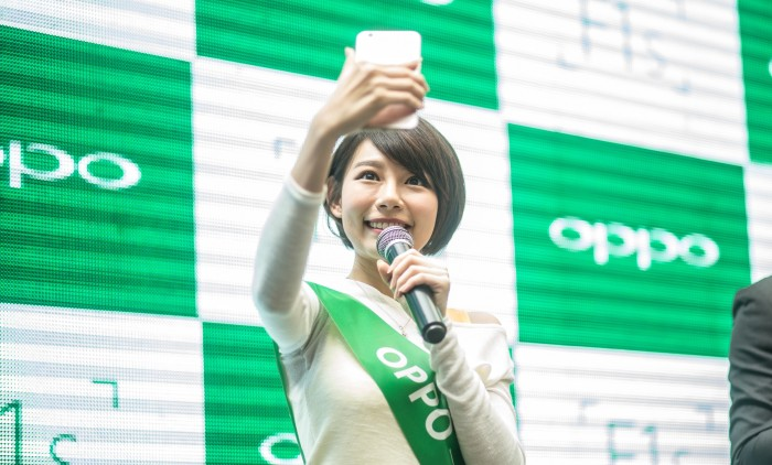 Min Chen demonstrating her favourite Selfie tips using F1s – The Beautif...