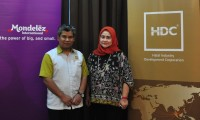 From left Hanisofian Alias of HDC and Raja Zalina Raja Safran of Mondelez Malaysia1