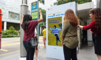 Passers-by mimicking Master Lui's pose to earn the cashback coupon