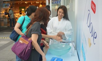 Passers-by trying out the new Dove Oxygen Moisture Bodywash