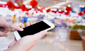 Shopping while on mobile 123rf